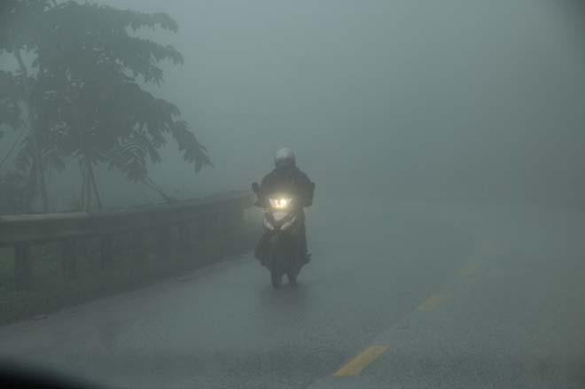 5 điều cần biết khi đi xe máy dưới trời mưa phùn, sương mù